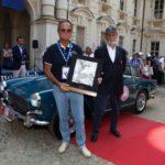Concorso Eleganza ASI_2017_Il premio Asi consegnato dal presidente Loi a Giacomo Olivieri per la Triumph Italia 2000 Vignale del 1959 (Custom)
